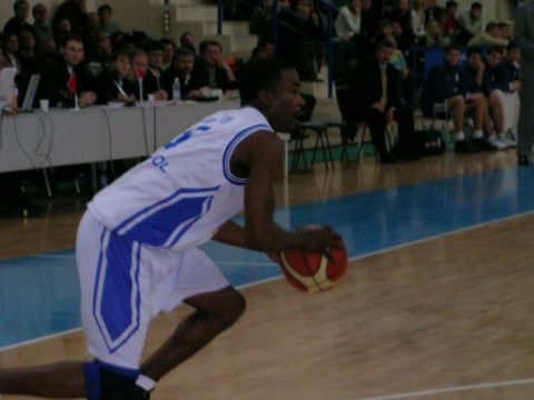 Point guard Lorinza Harrington (Azovmash) pushing the ball